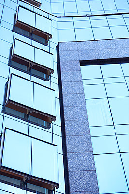Low Angle View On High Office Building - p1166m2078107 by Cavan Images