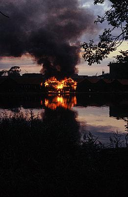 Brennende Häuser - p1479m1585622 von Helio Léon