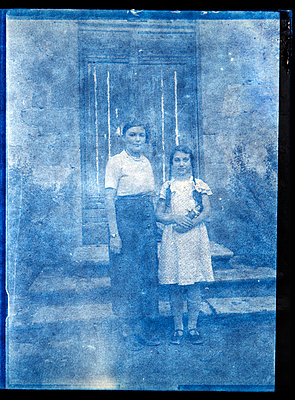 Old photography, Mother and daughter - p265m2121973 by Oote Boe