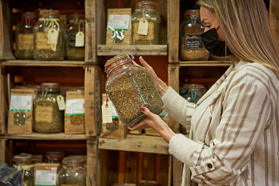 Woman doing some shopping at the organic shop. Sabadell, Spain. - p300m2256733 von Veam