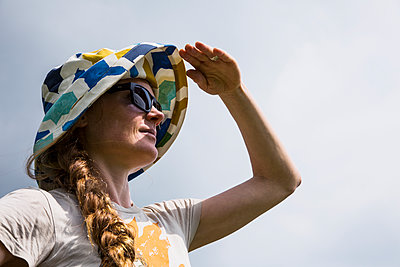 Woman wearing summer hat and sunglasses - p628m1476218 by Franco Cozzo