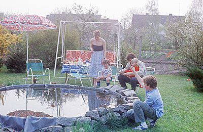 Germany, Hollywood swing at the garden pond in the GDR - p986m2223984 by Friedrich Kayser