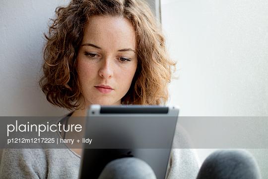 Junge Frau mit Ipad - p1212m1217225 von harry + lidy
