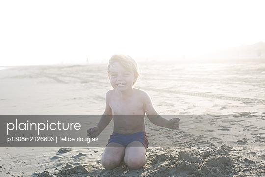Kind lacht am Strand - p1308m2126693 von felice douglas