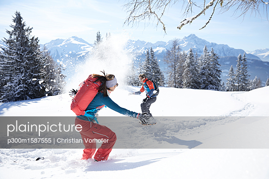 Austria, Tyrol, couple having fun in the snow - p300m1587555 von Christian Vorhofer