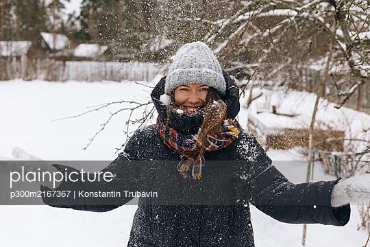 Portrait of woman enjoying snowfall - p300m2167367 by Konstantin Trubavin