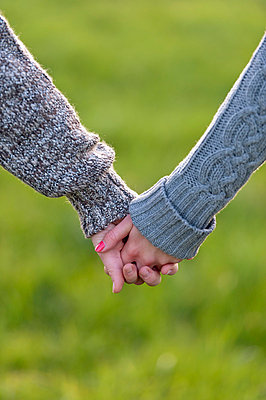 Hand in Hand über die Wiese laufen - p2200911 von Kai Jabs
