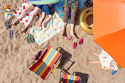 Family at the beach - p454m2142212 by Lubitz + Dorner