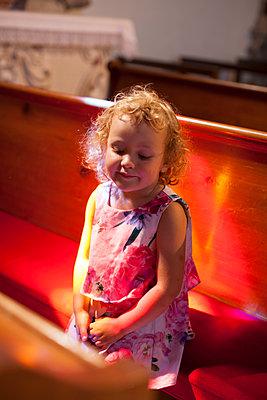 Kleines Mädchen in der Kirche - p906m1362780 von Wassily Zittel