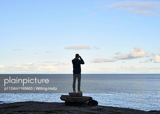 Mann mit Fernglas am Meer - p1124m1165663 von Willing-Holtz