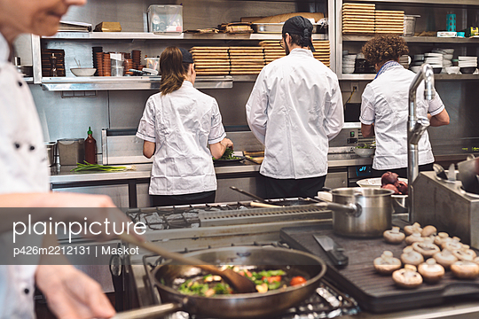 Midsection of chef preparing food in restaurant - p426m2212131 by Maskot