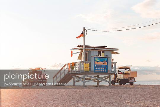 Pickup trucks on the beach - p756m2157829 by Bénédicte Lassalle