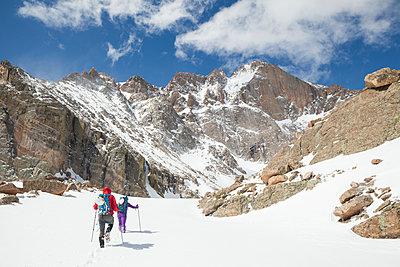 Climbers hike towards Longs Peak in Rocky Mountain National Park - p1166m2137950 by Cavan Images