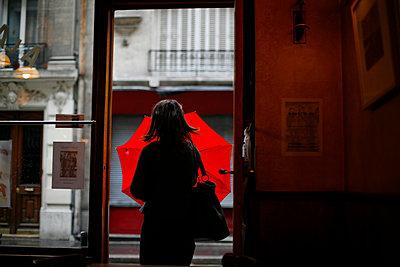 Frau öffnet Regenschirm - p1270m1106495 von Christophe Deschanel