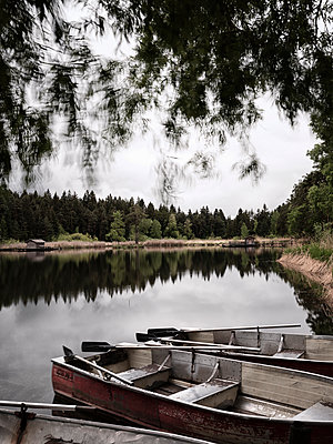 Boote am See - p1383m1589132 von Wolfgang Steiner