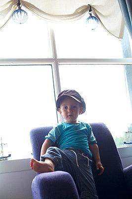 Kleiner Junge mit Cappy - p606m1564849 von Iris Friedrich