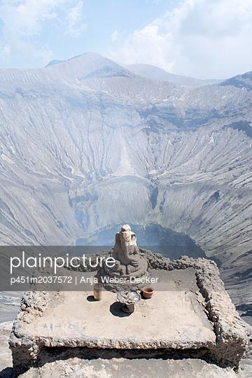 Vulkan Gunung Bromo mit kleinem Altar - p451m2037572 von Anja Weber-Decker