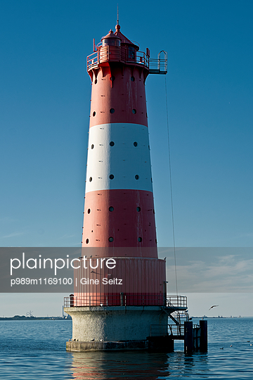 Leuchtturm Arngast - p989m1169100 von Gine Seitz