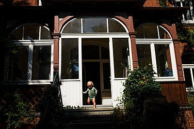 Kleiner Junge vor dem Wohnhaus - p1046m1138213 von Moritz Küstner