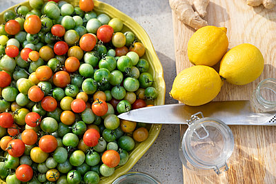 Cherry tomatoes in bowl - p312m2091704 by Ulf Huett Nilsson