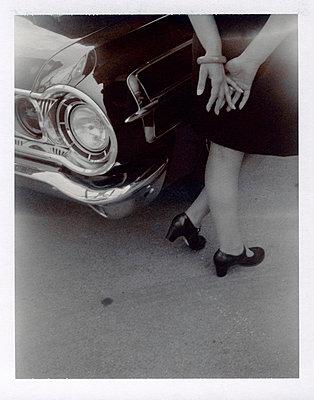Frau vor altem Dodge - p3420530 von Thorsten Marquardt