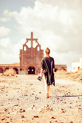 Touristin bei einer alten Kirche - p713m2215871 von Florian Kresse