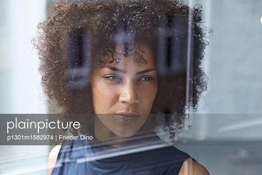 Junge Frau am Fenster - p1301m1582974 von Delia Baum