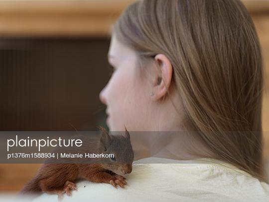 Eichhörnchen auf Schulter  - p1376m1588934 von Melanie Haberkorn