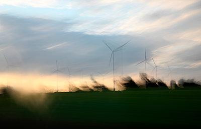 Windräder im Sturm - p1258m1592155 von Peter Hamel