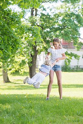 two girls playing - p1323m1575254 von Sarah Toure
