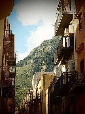 Häuserzeile mit vielen Balkonen - p132m1134909 von Peer Hanslik