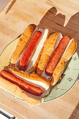 Unfertige Hotdogs - p1673m2254433 von Jesse Untracht-Oakner
