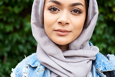 Close-up portrait of young woman wearing hijab - p300m1505238 by Ivan Gener Garcia