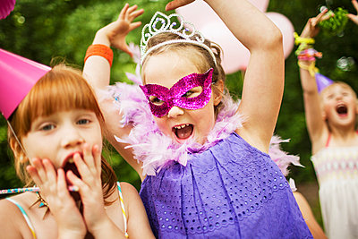 Girls playing dress-up at birthday party - p555m1409059 by Shestock