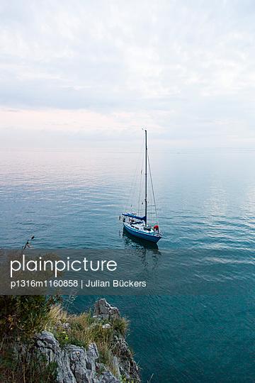 Segelboot ankert vor der Küste, Golf von Triest, Görz, Friaul-Julisch Venetien, Italien - p1316m1160858 von Julian Bückers