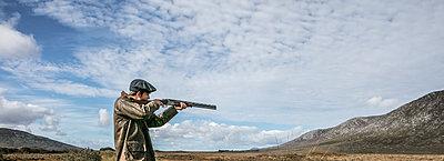 Jäger zielt mit dem Jagdgewehr - p1082m2022013 von Daniel Allan
