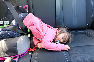 Little girl sleeping in car - p1105m2082515 by Virginie Plauchut