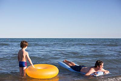 Vater und Sohn im Meer - p1308m2126744 von felice douglas