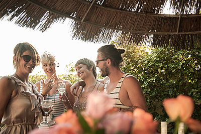 Happy man with women enjoying weekend party - p300m2220510 by LOUIS CHRISTIAN