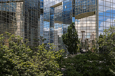 High-rise with glass front close to Parc André Citroen  - p445m1452452 by Marie Docher