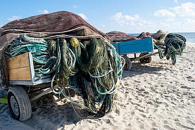 Fischernetze auf einem Anhänger - p451m919238 von Anja Weber-Decker