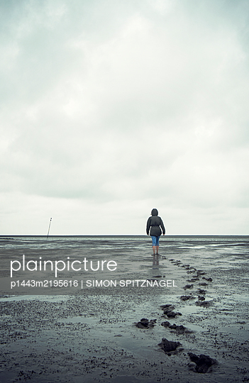 Frau macht Wattwanderung - p1443m2195616 von SIMON SPITZNAGEL