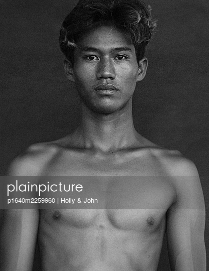 Bare-chested young man, portrait - p1640m2259960 by Holly & John