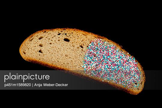 Brot mit Zuckerperlen - p451m1589820 von Anja Weber-Decker