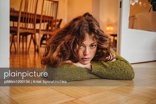 Junge Frau blickt gelangweilt - p586m1200134 von Kniel Synnatzschke