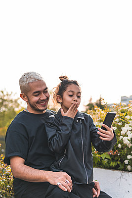 spain, madrid, father, daughter, playing, happy, latin, love, union, smiles, tickling, fun, flowers, mobile, selfie, skate, scooter, transport, electric - p300m2287525 von Josu Acosta
