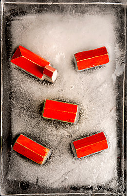 Eingefroresnes Dorf - p451m1491989 von Anja Weber-Decker