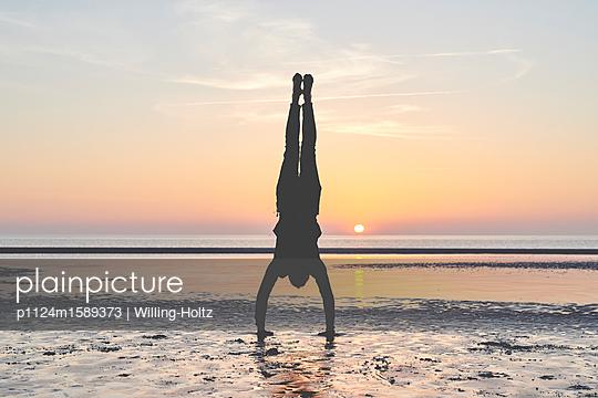 Akrobat am Strand - p1124m1589373 von Willing-Holtz