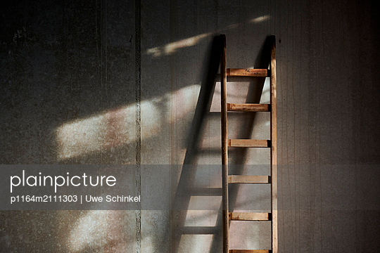 Ladder against concrete wall - p1164m2111303 by Uwe Schinkel