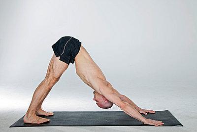 Yogapose Hund - p7050148 von Florian Tröscher
